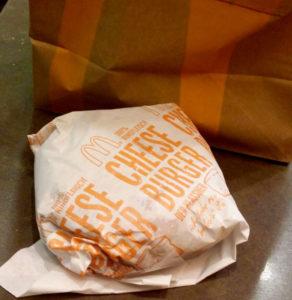 Cheeseburger von McDonalds in Verpackung