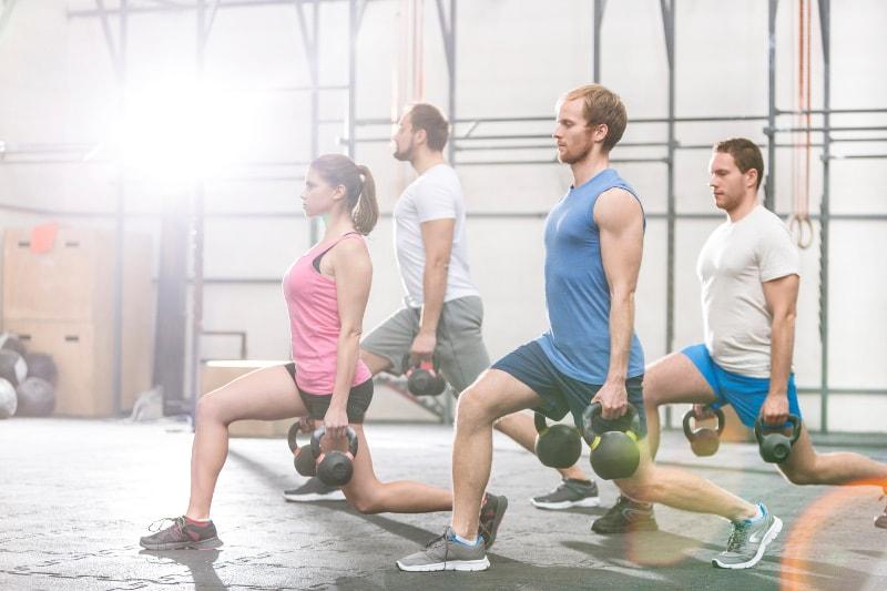 Junge Gruppe beim Fitnesstraining