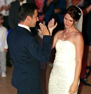 Paar klatscht sich ab nach dem Hochzeitstanz