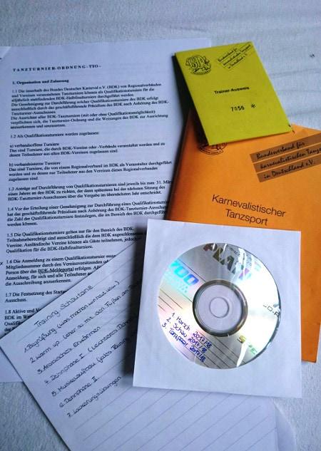 Verschiedene Gardebücher, ein Notizzettel und eine CD sowie der Trainerausweis
