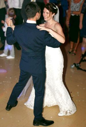 Paar beim Hochzeitstanz