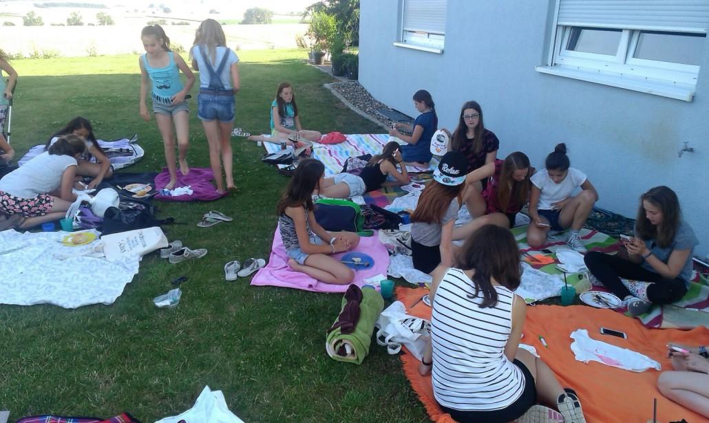 Sommerfest mit Spielen, Picknick und Grillfleisch.