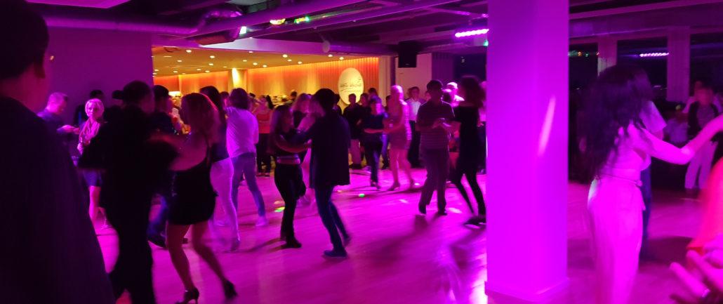 Tanzende Paare bei der Latin Party in der Tanzschule von Motsi Mabuse.