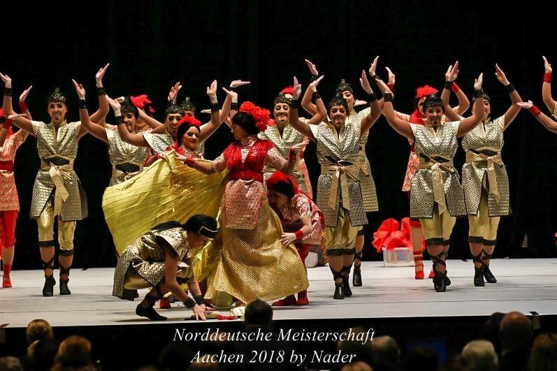 Kostümwechsel und die Aufnahme von Requisiten geschickt in den Tanz integrieren, dass ist Aufgabe des Trainers.