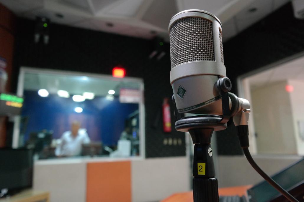 Wer Sprechtext in die Musik einfügen möchte geht am Besten in ein professionelles Tonstudio.