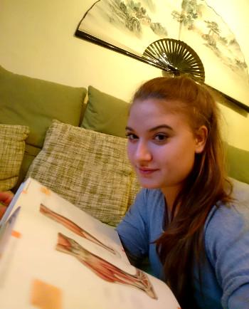 Taenzerin-Trainerin-Fabienne-Ank-Anatomie-Lehrbuch