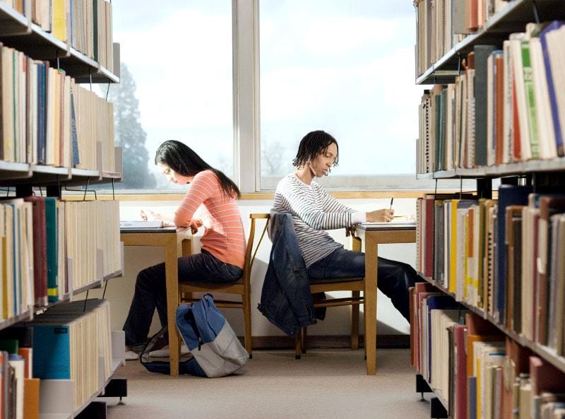 Junge Studenten in der Bibliothek.