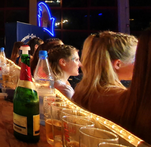 Tanzgarde an Karneval, Sekt und Bier