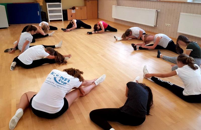 Bei der letzten Trainingseinheit vorm Auftritt heißt es: Kräfte sparen. Es spricht aber nichts gegen eine ordentliche Dehneinheit.