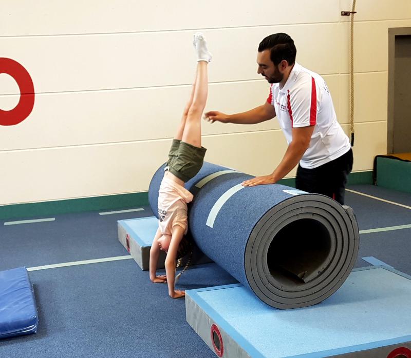 Matten, Sprungbrett und Weichboden sind wichtige Utensilien für das Akrobatiktraining.