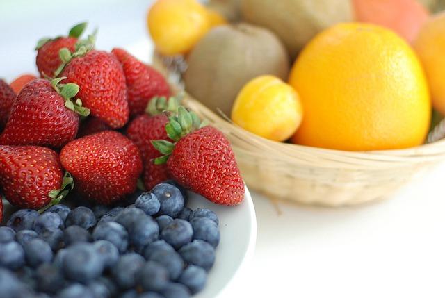 Korb mit verschiedenen Obstsorten
