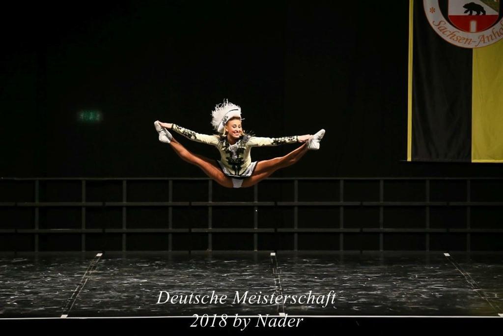 Tanzmariechen Jana Pearce zeigt den Grätschsprung