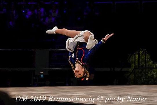 Tanzmariechen Aenne Rebhan der Coburger Mohr mit der Akrobatik Freies Rad 2019 Deutsche Meisterschaft