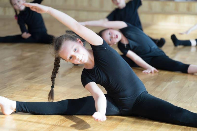 Kinder sind häufig beweglicher als Erwachsene und können den Spagat meist in kurzer Zeit erlernen.