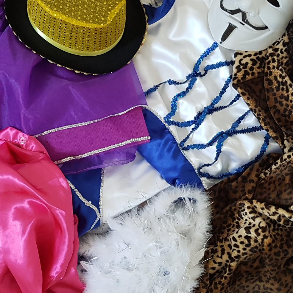 Prüft eure Kostüme rechtzeitig vor dem Auftritt auf Vollständigkeit.