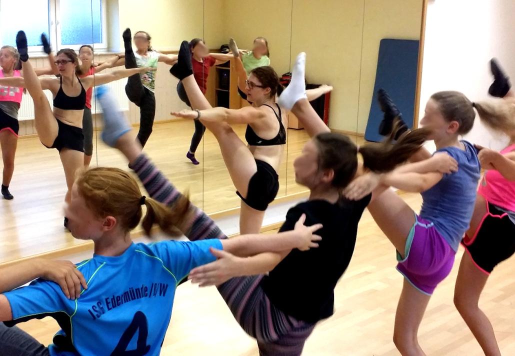 Meine liebste Aufgabe als Gardetrainerin: Das beibringen der neuen Schritte und Choreographie.