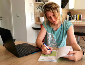 Tipp: Setzte dich auch beim Arbeiten am Computer oder in der Schule immer mal anders hin, um die Hüfte indirekt zu mobilisieren.