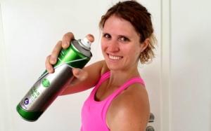 Damit Laufmaschen gar nicht erst entstehen, kannst du die Tanzstrumpfhose präventiv mit Haarspray einsprühen