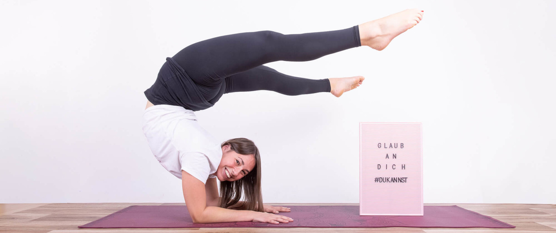 Akrobatin im Unterarmstand