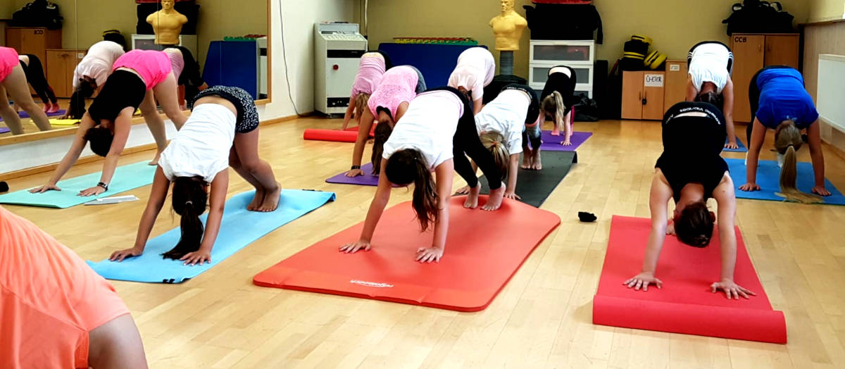 In den Ferien kann man auch mal andere Sportarten austesten: Wie hier Yoga.